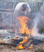 Raison de feu flamme toxiques et l'homme en train de fumer éteindre feu — Photo