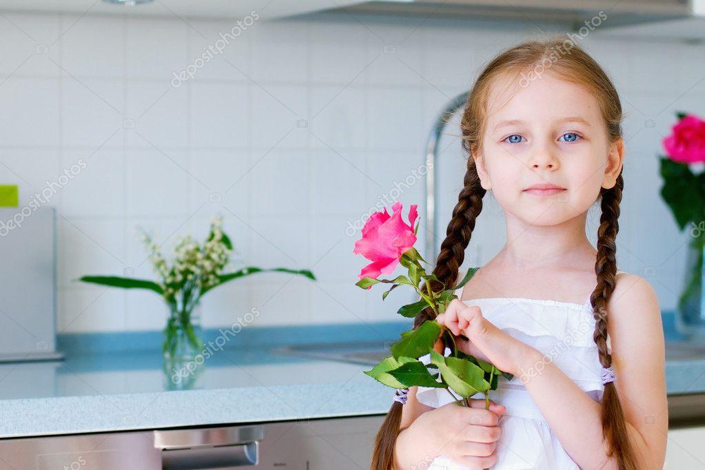 辫子在室内的可爱小女孩