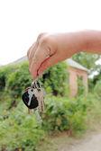 Huset nycklarna i handen — Stockfoto