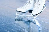 Gekanteld blauwe versie, ijs-of rolschaatsen met reflectie — Stockfoto