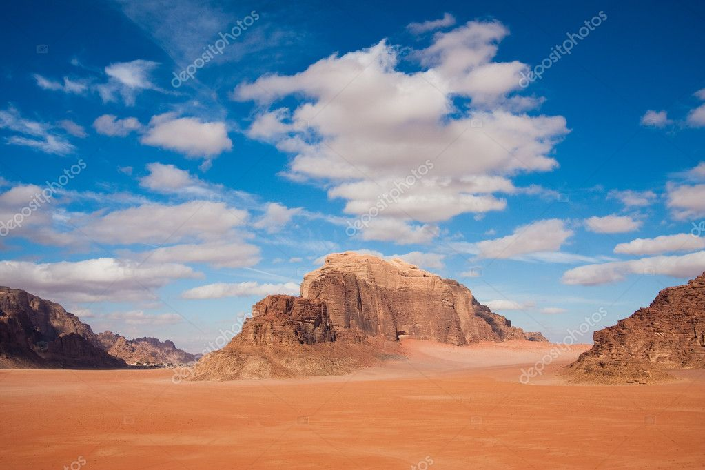 Red sand and beautiful mountains in Wadi Rum desert reservation, Jordan. Copy space — Stock Photo #10948507