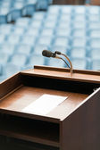 Table du haut-parleur avec du papier, votre texte possible — Photo