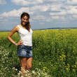Love story. He and she, in the rape field. blue Sky - Foto de Stock
