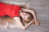 Kırmızı elbiseli güzel sarışın — Stok fotoğraf