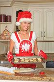 Frau baking cookies — Stockfoto