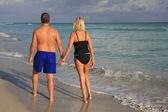 Couple walking on the beach — Stock Photo