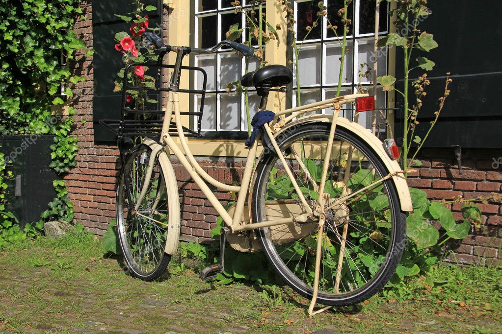 Ladies city bike parked in a charming Dutch courtyard. — Stock Photo #11340289