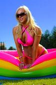 Güzel eğlenceli bikini kız — Stok fotoğraf
