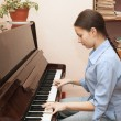 The girl playing the piano — Stock Photo