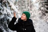 Dívka v zimním lese — Stock fotografie