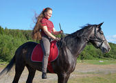 Dziewczyna z długimi włosami na koniu — Zdjęcie stockowe