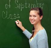 Meisje schoolmeisje voldoet aan een Engelse les — Stockfoto