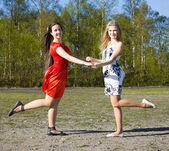 Dos chicas bailando en el parque — Foto de Stock