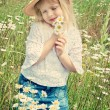 Child with daisies — Stock Photo