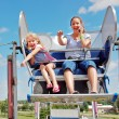 Foto Stock: Mother and daughter on ferris wheel.