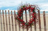 Wreath on beach fence — Stock Photo