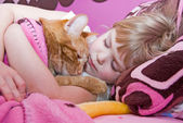 Girl sleeping with cat — Stock Photo