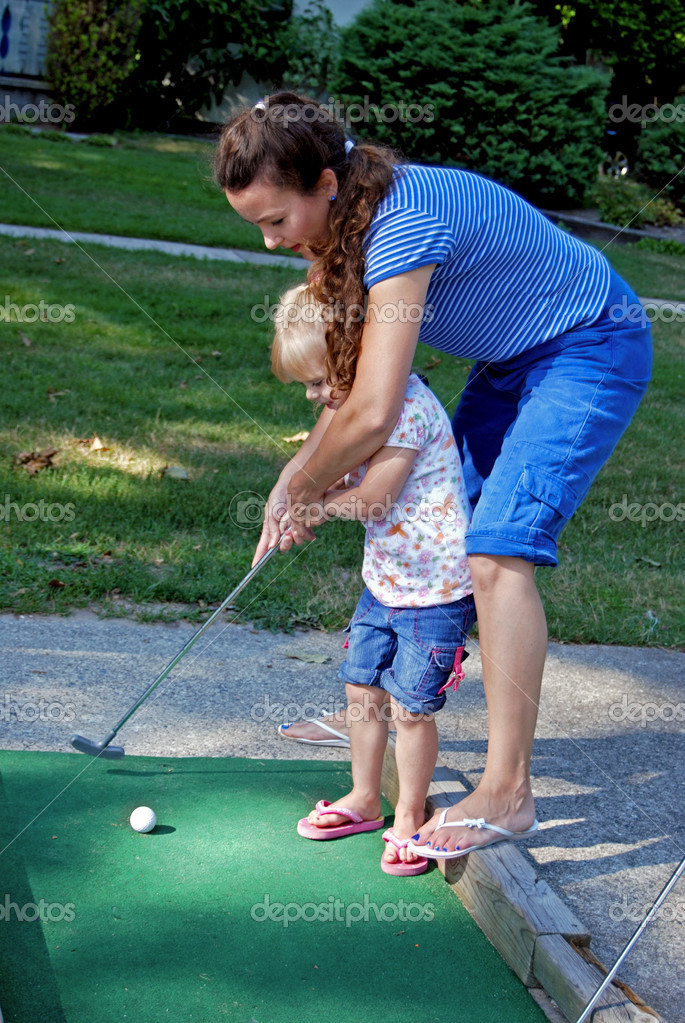 Mother teaching her daughter to golf. — Zdjęcie stockowe #11051449