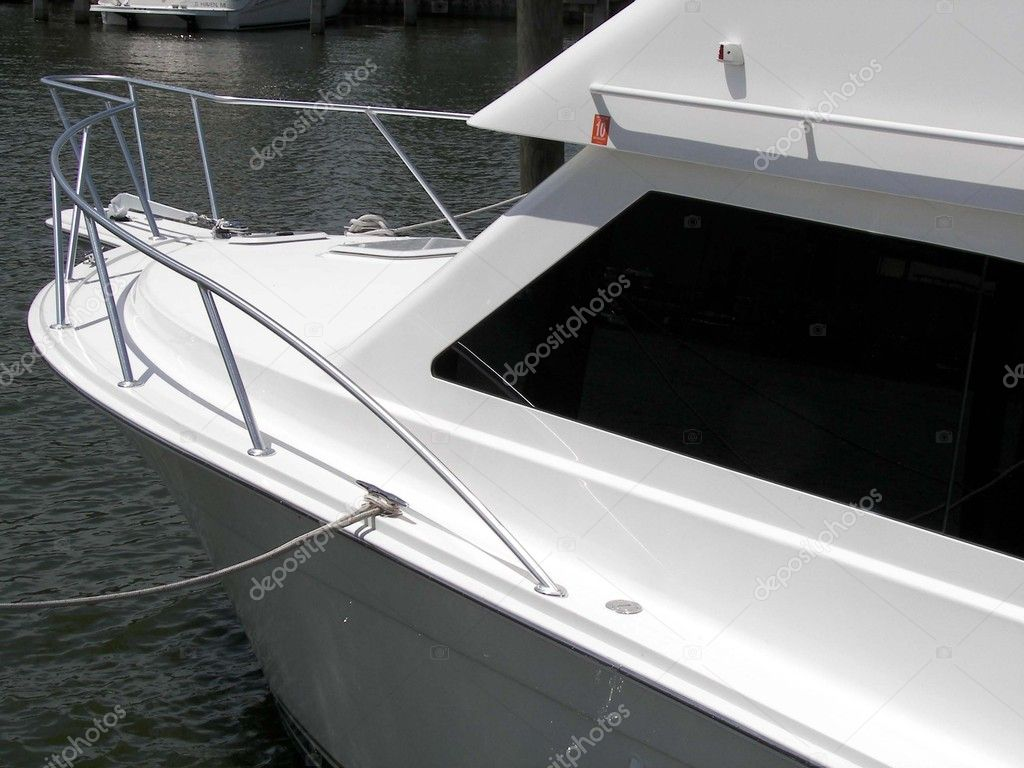 White yacht in a boat slip. — Stock Photo #11135036