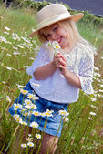 Girl with wild daisy bouquet — Stock Photo