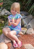Chica sosteniendo una mariposa — Foto de Stock