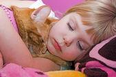 Niña abrazando a su gato — Foto de Stock