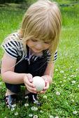 Girl holding a goose egg — Stock Photo