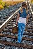 Liten flicka på järnvägsspåren — Stockfoto
