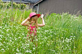 Child in wild daisy field — Stock Photo