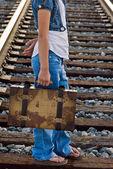 Chica con vieja maleta — Foto de Stock