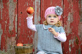 Child ready to throw an apple — Stock Photo