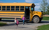 Kids getting off school bus — Stockfoto