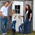 familjen poserar med en gammal lada — Stockfoto