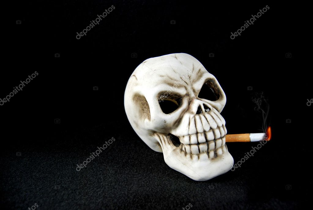 Skull smoking a cigarette. — Stock Photo #11300533