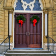 Christmas wreaths on church doors - Stockfoto