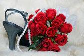 Stříbrné boty s růží — Stock fotografie