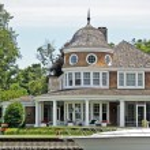 Luxury cottage with yacht — Stock Photo
