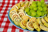 Appetizer spirals with green grapes — Stock Photo