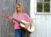 若い女の子がギターを弾く — ストック写真