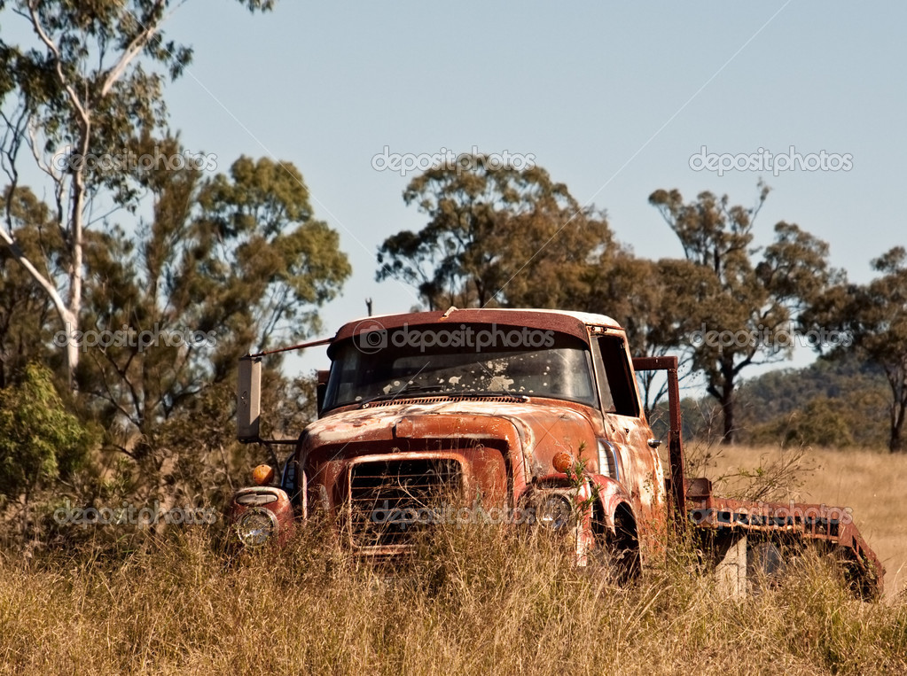 Australian outback rusty old farm truck in paddock — Stock Photo #11547784