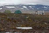 Tents and Hut in Tundra in Svalbard in the Arctic — Stok fotoğraf