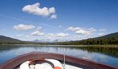 Widok z łodzi na góry i lasy — Zdjęcie stockowe