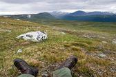 苔原景观和脚部的旅行者 — 图库照片