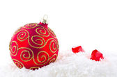 En juldekoration på snö — Stockfoto