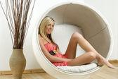 Giovane donna in sedia stile uovo — Foto Stock