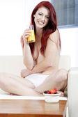 Kvinna på soffan med frukost — Stockfoto