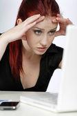 Kvinna berörda på jobbet — Stockfoto