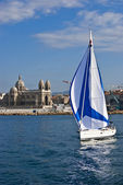 Boat sailing away from the old port of Marseille — Stock Photo