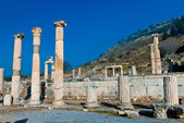 Ancient Roman marble column of Ephesus ruins with deep blue sky in background — Stock Photo