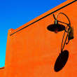 Blue sky orange wall — Stockfoto